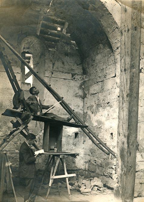 Milan Zloković (stoji sa beležnicom u rukama) tokom snimanja Bogorodičine crkve manastira Gradac, fotografija iz 1922. godine