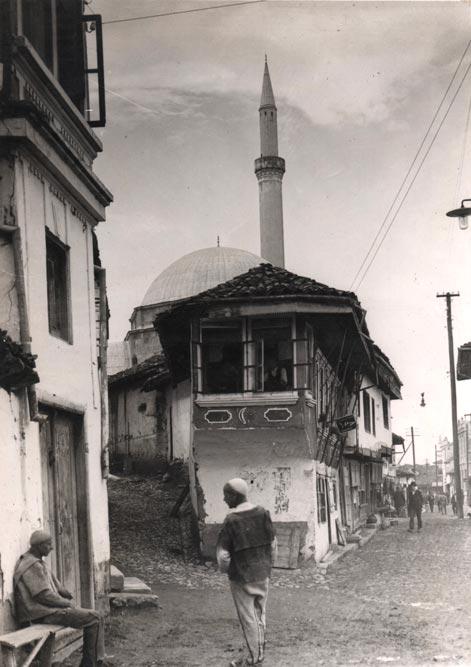 Fragment gradske ulice iz Prizrena, s pogledom na džamiju, fotografija oko 1930. godine