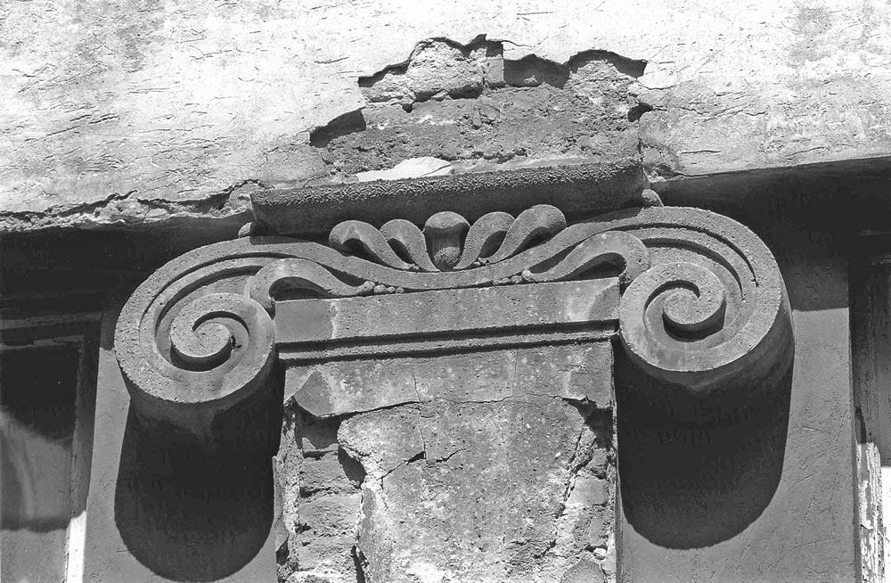 Stilizovani jonski kapitel fasadnog pilastra, fotografija